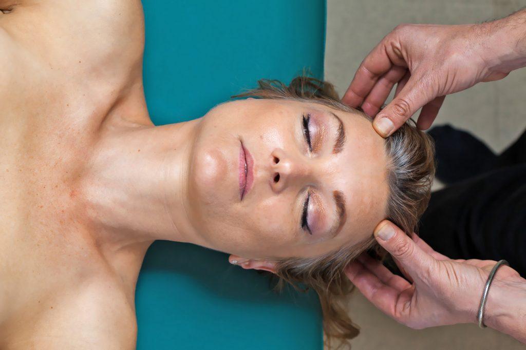 Μασάζ στο κεφάλι με την μέθοδο Αγιουρβεδικού μασάζMardana